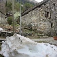 es liegt noch Schnee im Verzascatal