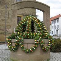 Festlich geschmückter Osterbrunnen in Hilsbach