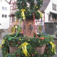 Festlich geschmückter Osterbrunnen in Heiligkreutzsteinach