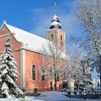 Verschneite Kirche in Angelbachtal
